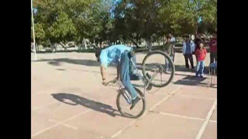 Video Chistoso Loco se cae de la bicicleta Ouch