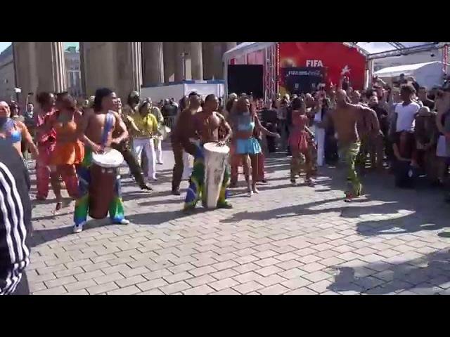 Бразильские танцы во время представления Кубка мира в Берлине