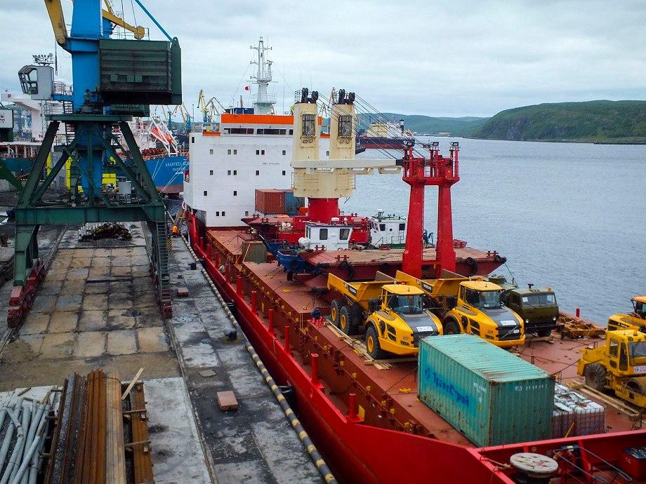 В Мурманском торговом порту выгрузили карьерные самосвалы «Вольво»