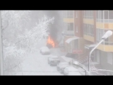 На Партизана Железняка возле жилого дома горит иномарка