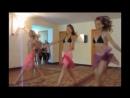 Девочки танцуют в лагере
