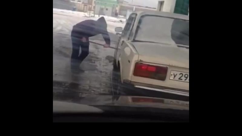 Возможно баян, но видео впервые попалось на глаза. Водитель забыл как открываются двери.
