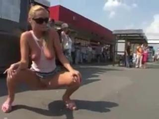 Девушку бьют ногой по пизде