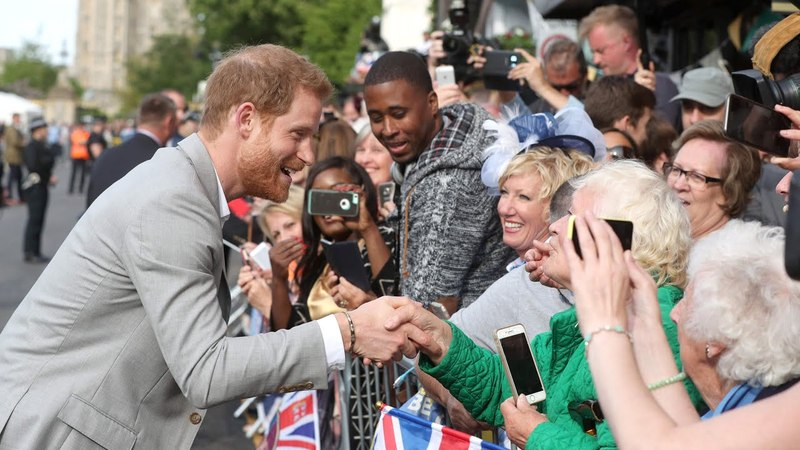 Принц Гарри приветствует людей за пределами Виндзорского замка