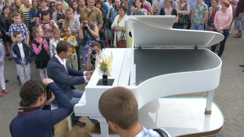 К свободному роялю в Минске выстроилась очередь желающих сыграть любимое произве