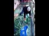 Стеклянный мост в Китае начал «трескаться» под ногами туристов  Это просто спец ...