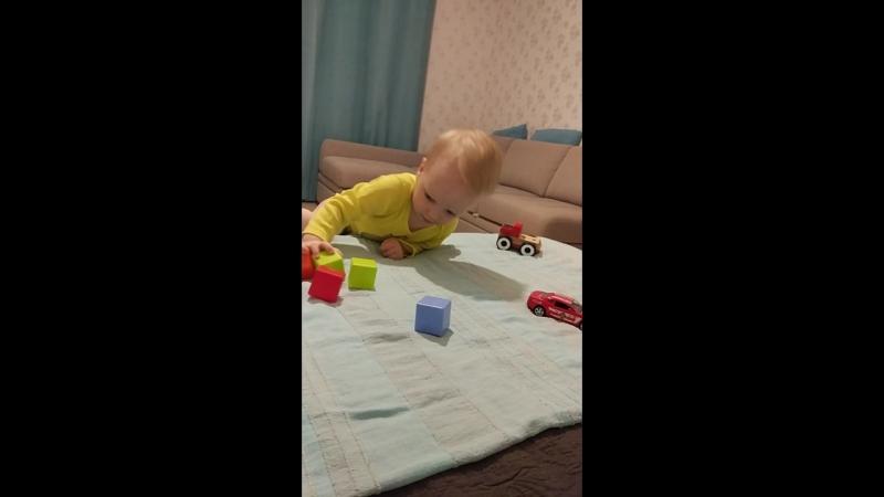Егор играет в кубики 1 9г