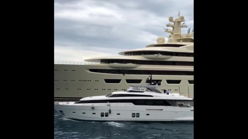 Когда просто яхта проплывает возле МЕГА-яхты ;)