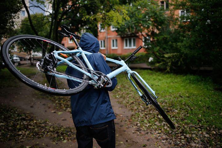 Таганрогские полицейские задержали мужчину, укравшего дорогостоящий велосипед