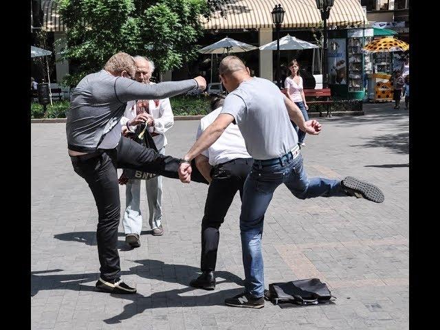 Смелый парень вырубил двумя ударами Беркут спецназ Украины 720p