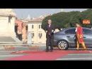 Juncker show in Campidoglio, fa il saluto militare a Gentiloni