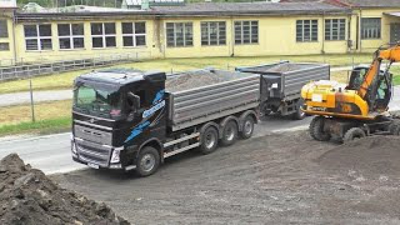 Volvo FH 500 tridem with trailer unload stone