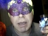 Человек в маске поздравляет с Днём Святого Валентина