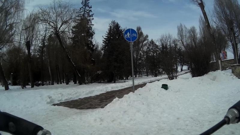 Велоінфраструктура Тернополя велоспускпідйом та пішохідна доріжка центрального входу гідропарку Топільче
