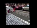 Un punk court sur une Lamborghini Aventador et se fait corriger !