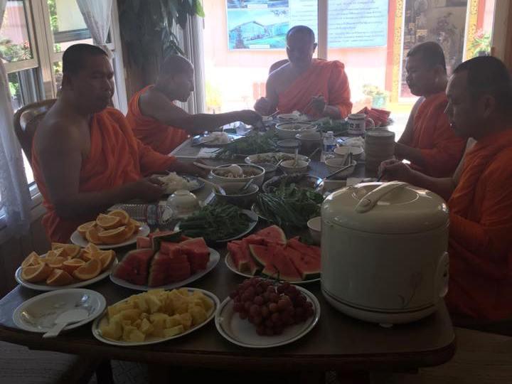 приём пищи в тайском монастыре
