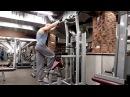 Жим ногой вниз в гравитроне для тренировки ягочных мышц и бедер