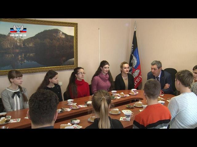 Глава ДНР Александр Захарченко подарил одаренным детям Республики поездку в Мо ...