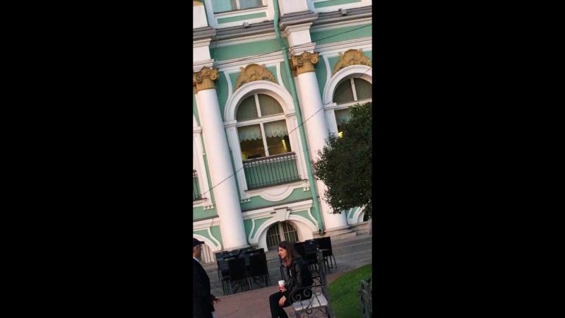 Старый перец целует руки и ноги молодым незнакомкам у Эрмитажа
