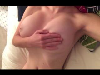 Красивая натуральная грудь стройной малышки (Big Boobs tits sex)