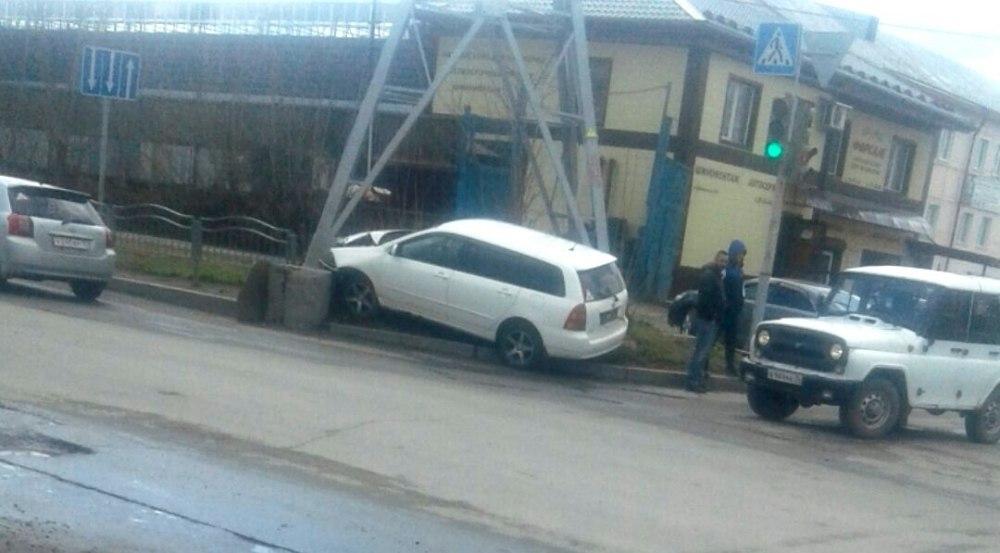 В Томске иномарка врезалась в опору ЛЭП