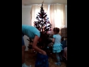 Римма с внучкой ёлку наряжают