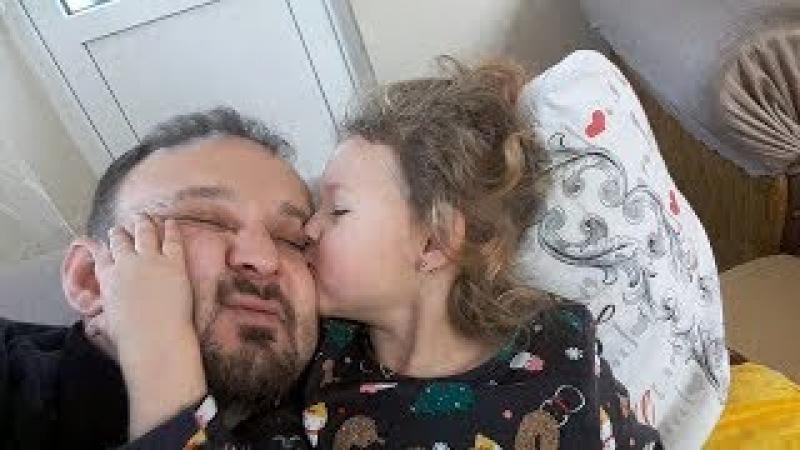 Babasını Öpücüklere Boğan Küçük kız