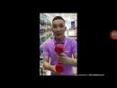 китаец придлагает товар русскому в магазине