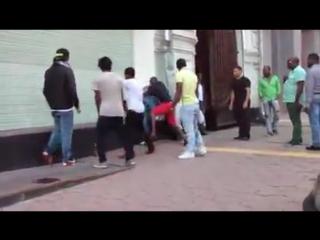 Апогей толерантности. Негры бьют таджиков в Москве.