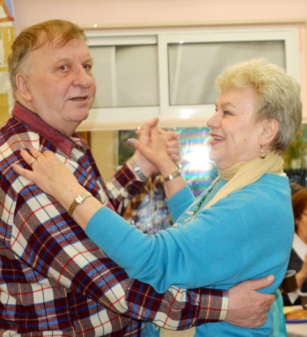"""концерт в клубе """"Сфера"""" для пенсионеров и ветеранов - танцуют два московских поэта"""