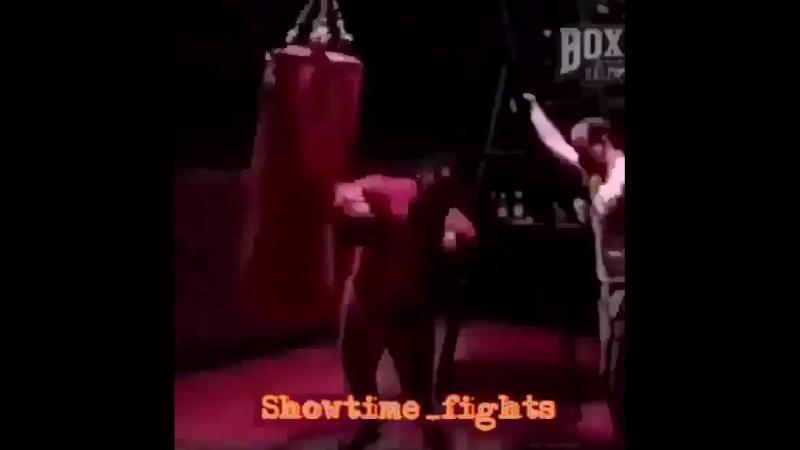 Майк Тайсон работает на тяжелом боксёрском мешке