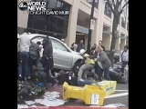 Прилетели в столб с человеком под машиной (vk.com/fixter)
