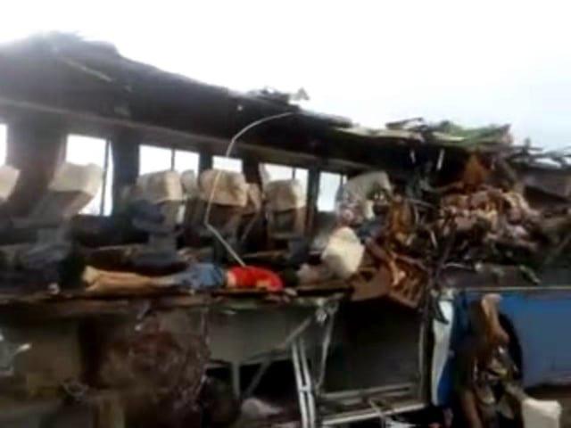 Batida Entre ônibus Da Conenge E Carreta Deixa 15 Mortos