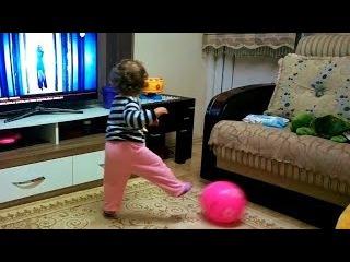 Dans Ederken Top Oynayan Küçük Kız