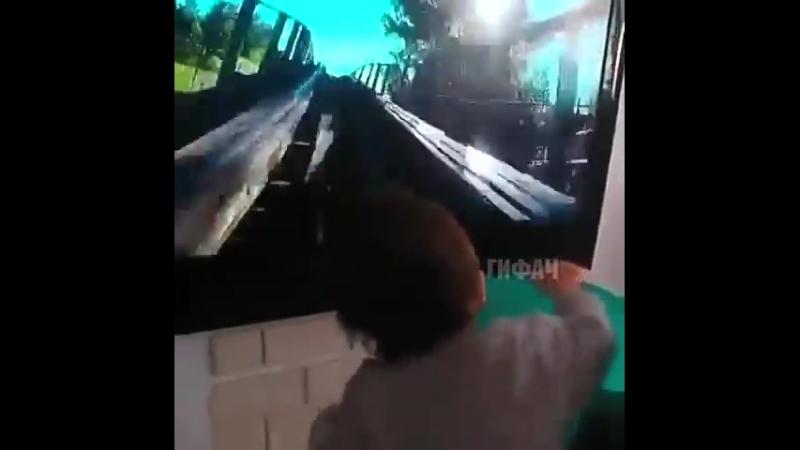 Супер папа развлекает ребенка