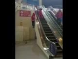 Олимпиец из Швейцарии показал, как пользоваться эскалатором