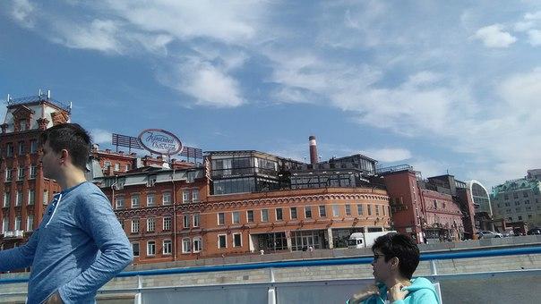 А вот хипстерский кластер меня просто заворожил. Обалденные здания, какие-то балконные рестораны и наличие людей на набережной — ясно, там есть чем заняться.