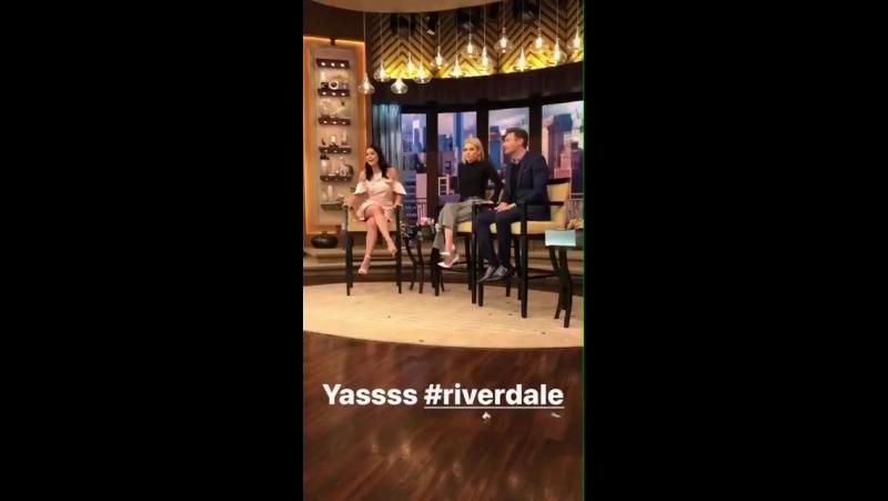 Камила Мендес на ток-шоу «В прямом эфире с Келли и Райаном».