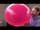 Uta testet einen riesigen lila Luftballon auf Haltbarkeit - S2P - Nik Bone Video
