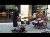 Уличный жонглер -музыкант!
