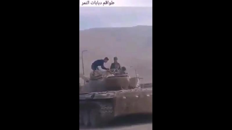 Бригадир Сухаил Аль-Хассан осматривает арсенал трофейного вооружения