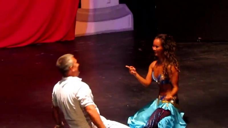 Русский мужичок танцует с восточной красавицей