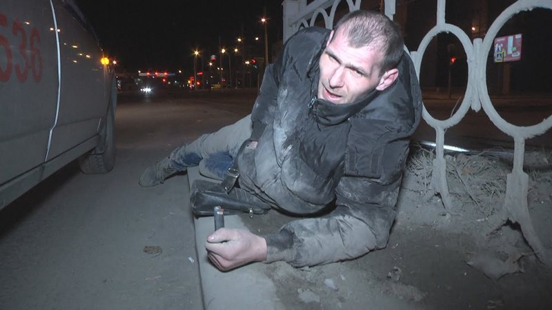 Бухой вояка бревном на дороге лежал