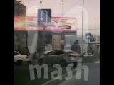 В Махачкале рекламный щит упал на машину