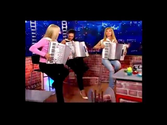 Девушки круто играют на аккордеоне. И народные баянисты. Girls cool playing the accordion