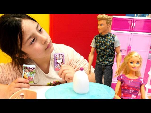 Barbie ve Ken kahvaltıda cornflex yiyorlar. Evcilik oyunu