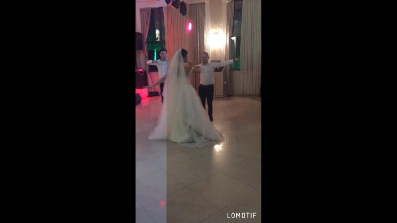 Невеста танцует с братьями🙏🙏