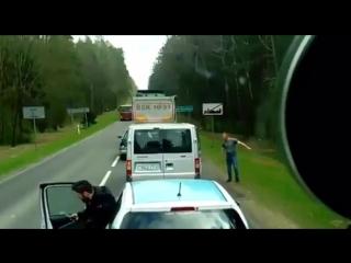 Белорусы в Польше выбросили мусор из тачки прямо на дороге