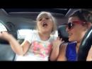 Мама и дочка поют песню в машине. А как развлекаетесь вы