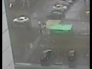 Убивший ребенка при урагане в Москве мусорный бак попал на видео